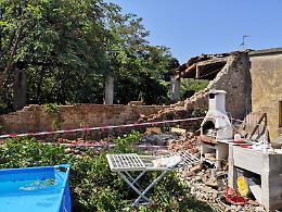 Crolla il muro di una cascina, tragedia sfiorata