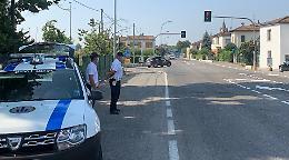 Sfide mortali: si gettano in strada mentre passano le auto
