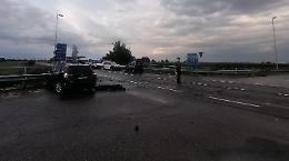 Schianto tra due auto all'incrocio: due famiglie coinvolte, nessun ferito grave