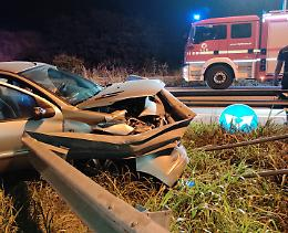 Auto accartocciata sullo spartitraffico, salvo un 23enne cremasco