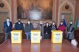 Casalmaggiore, consegnati alle scuole i contenitori per guanti e mascherine
