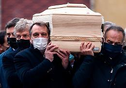L'ultimo saluto a Paolo Rossi:  i ragazzi dell'82 portano il feretro nel Duomo