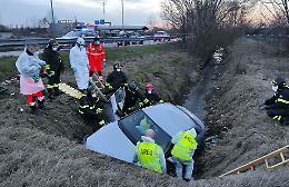 Perde il controllo dell'auto, 88enne finisce in un canale