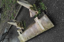 La panchina in granito distrutta dai vandali