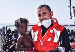 I pianti per i bambini soccorsi: i marinai si raccontano