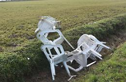 Dieci sedie buttate nel fosso