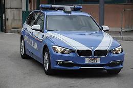 Aggredisce passanti e agenti a Milano, ucciso