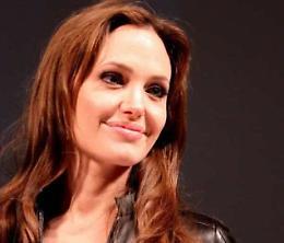 Angelina Jolie torna alla carica, Brad Pitt 'violento'