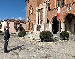 Minuto di silenzio in piazza a Castelvetro Piacentino