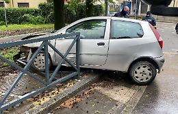 Auto sfonda le protezioni del parco giochi