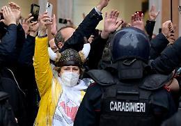 Tensione al sit in IoApro, manifestanti caricati a Roma