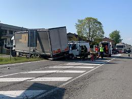 Caorso,  camion contro furgone: conducente incastrato