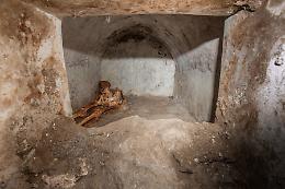 Pompei, scoperta una tomba con corpo semi mummificato