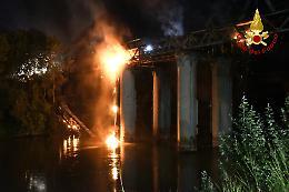 Roma, notte di paura sul Tevere: brucia e crolla Ponte dell'Industria