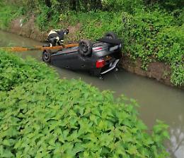 Auto capottata nel canale, illesa la conducente 54enne