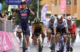 Merlier vince in volata 2^ tappa a Novara, Ganna resta rosa