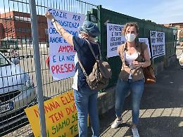 Sit-in davanti a Cremona Solidale: «Lontani da troppo»
