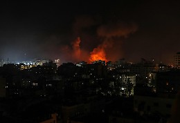 Decine di attacchi israeliani sulla Striscia di Gaza