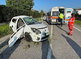 Perde il controllo dell'auto e abbatte un palo, ferito 22enne