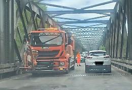 Disagi sul ponte di ferro per tutto il giorno