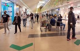 Centri commerciali riaperti, gallerie subito affollate