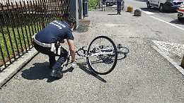 Ciclista investita, interviene l'elisoccorso
