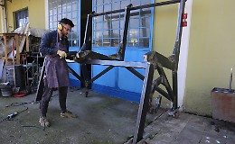 La panchina gigante è quasi pronta: 2,26 metri per 200 chili
