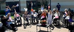 Il «canto libero» dei nonni alla festa per la riapertura