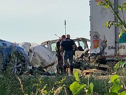 Furgone contro tir lungo la bretella A21-A1, cinque morti