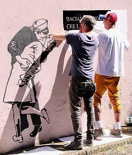 Amore e libertà immortalati sul muro
