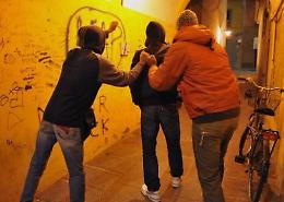 Segnala i compagni violenti, pestato mentre torna a casa