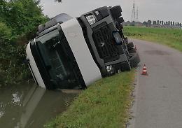 Grosso camion finisce nel fosso a Ossalengo, illeso il conducente