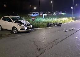 Con la moto contro un'auto, gravi ferite per un 30enne