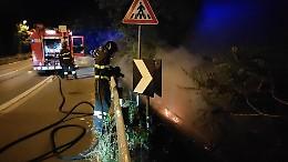 Sterpaglie a fuoco lungo il ponte della tangenziale