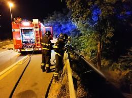 Intervento dei vigili del fuoco in via Macallè: rogo di sterpaglie