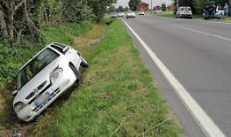 Perde il controllo dell'auto e finisce nel fosso