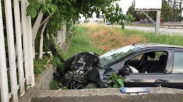 Fuori strada sulla Castelleonese: si schianta contro una cancellata