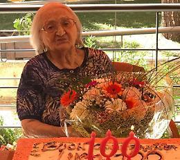 Torta e mazzo di fiori per i 100 anni di Lucia