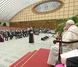 Il Papa abbraccia la Caritas