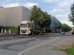 Rimorchio di camion a fuoco, altissima colonna di fumo nero