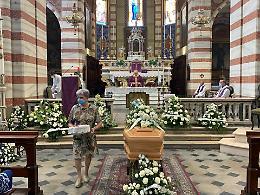 Folla in lacrime per l'ultimo saluto a Paolo Riboli