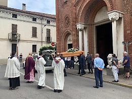 Il borgo sul sagrato per l'ultimo saluto a Paolo Riboli