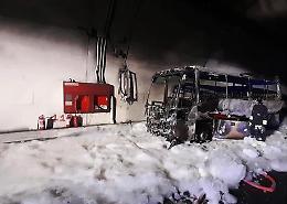 Bus prende fuoco nel Lecchese, autista eroe salva 25 bambini