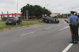Collisione tra due automobili e ribaltamento, ferito 75enne
