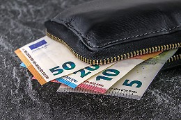 Trova 300 euro per strada e li consegna ai vigili