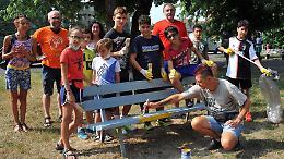 Guanti, pennelli e pittura: i volontari riqualificano il parco