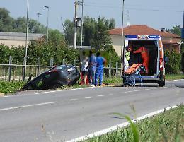 Auto finisce fuori strada, solo ferite lievi per gli occupanti