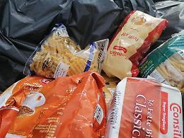 Caorso, ritrovato nei cassonetti dei rifiuti il cibo donato da Emergency