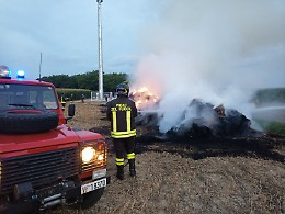 Incendio di rotoballe in un campo, di nuovo la mano del piromane