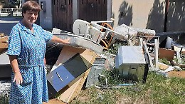 Una discarica in mezzo al cortile condominiale